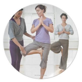 ヨガを練習している3人の女性 プレート