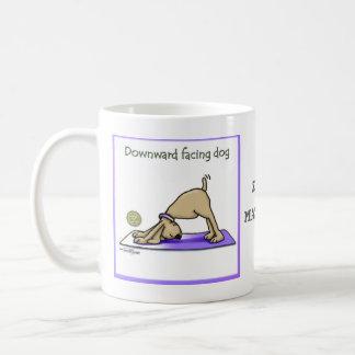 ヨガ犬-上向きの表面仕上げ犬の姿勢 コーヒーマグカップ