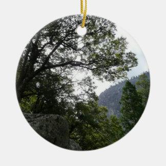 ヨセミテの春の滝への道の朝 セラミックオーナメント