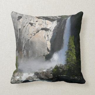 ヨセミテ国立公園からのヨセミテのより低い滝 クッション