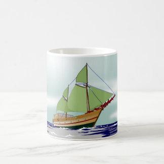ヨットによって飾られる白いマグ コーヒーマグカップ