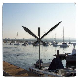 ヨットのボート港の海のマリーナを航海する海 スクエア壁時計