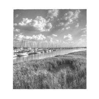ヨットのマリーナおよび酒の牧草地の白黒 ノートパッド