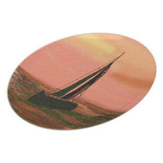 ヨットの日没の装飾的なプレート プレート