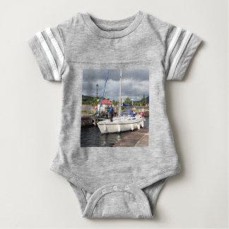 ヨット、Caledonian運河、スコットランド ベビーボディスーツ
