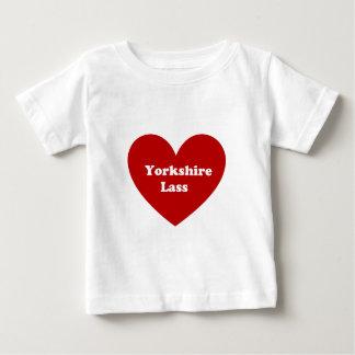 ヨークシャの少女 ベビーTシャツ