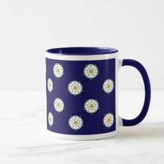 ヨークシャの白いバラ-青い背景のマグ マグカップ