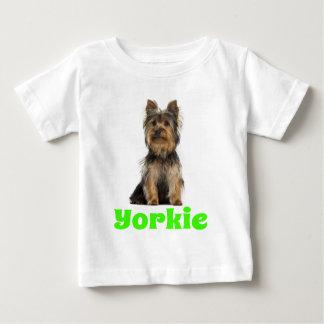 ヨークシャテリアの小犬のTシャツ ベビーTシャツ