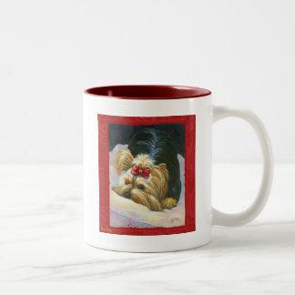 ヨークシャーテリアのヨークシャテリアのピーカブーのマグのコップ ツートーンマグカップ