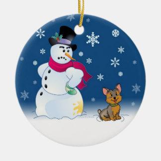 ヨークシャーテリアの子犬および雪だるま セラミックオーナメント