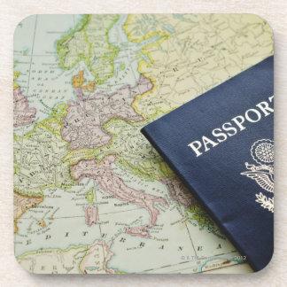 ヨーロッパの地図にあるパスポートのクローズアップ コースター
