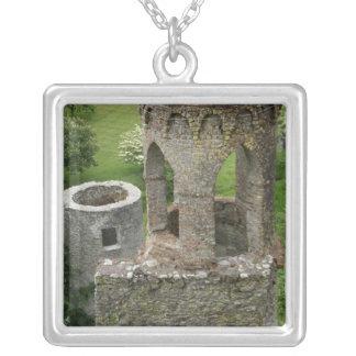 ヨーロッパ、アイルランドのBlarneyの城。 このイメージ シルバープレートネックレス