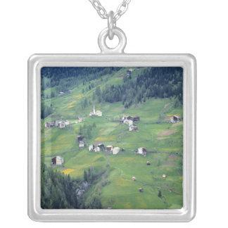 ヨーロッパ、イタリアのドロマイトのアルプス。 この小さい村 シルバープレートネックレス