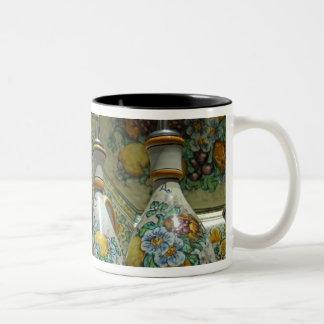 ヨーロッパ、イタリア、シシリー、Taormina。 伝統的な7 ツートーンマグカップ
