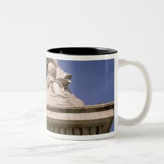 ヨーロッパ、イタリア、タスカニー、ピサ。 広場のdei ツートーンマグカップ