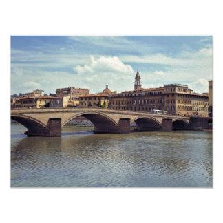 ヨーロッパ、イタリア、フィレンツェ。 アルノの川の流れ フォトプリント