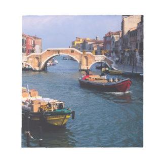 ヨーロッパ、イタリア、ベニス。 持って来るボート ノートパッド