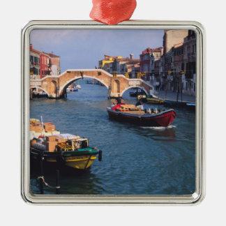 ヨーロッパ、イタリア、ベニス。 持って来るボート メタルオーナメント