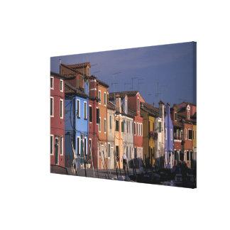 ヨーロッパ、イタリア、ベニス。 数々のな、着色された家 キャンバスプリント