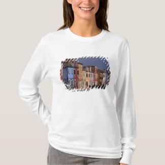 ヨーロッパ、イタリア、ベニス。 数々のな、着色された家 Tシャツ