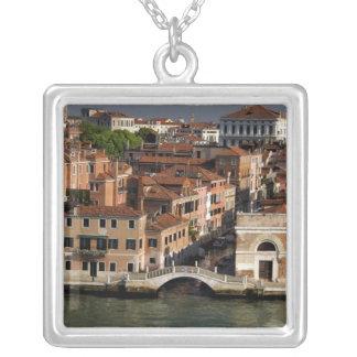 ヨーロッパ、イタリア、ベニス。 運河の意見。 ユネスコ シルバープレートネックレス