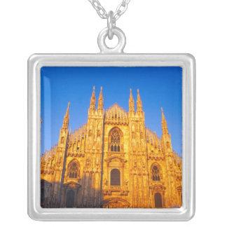 ヨーロッパ、イタリア、ミラノのミラノのカテドラル シルバープレートネックレス