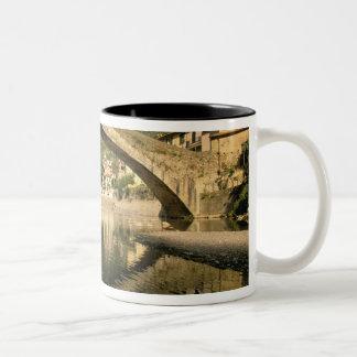 ヨーロッパ、イタリア、リグーリア州、Dolceacquaのリビエラのディディミアム ツートーンマグカップ