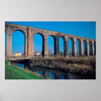 ヨーロッパ、イタリア。 ルッカの近くのAquaduct ポスター