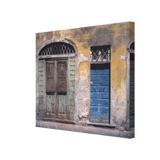 ヨーロッパ、イタリア、ルッカ。 これらの古いドアは加えます キャンバスプリント