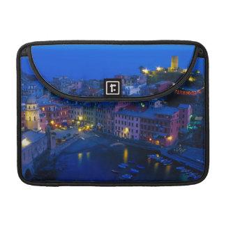 ヨーロッパ、イタリア、Cinque Terre、Vernazza。 山腹 MacBook Proスリーブ