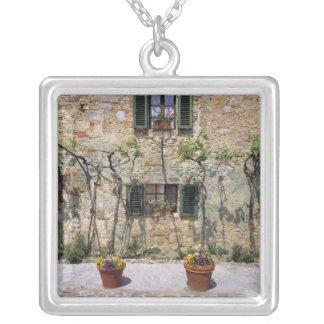 ヨーロッパ、イタリア、Monteriggioni。 石造りの家はあります シルバープレートネックレス