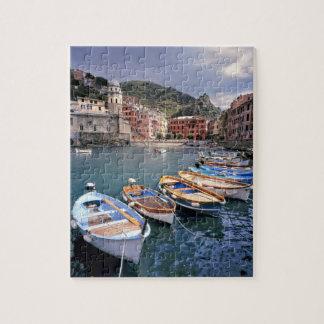 ヨーロッパ、イタリア、Vernazza。 明るく絵を描かれたボート ジグソーパズル