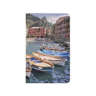 ヨーロッパ、イタリア、Vernazza。 明るく絵を描かれたボート ポケットジャーナル