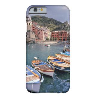 ヨーロッパ、イタリア、Vernazza。 明るく絵を描かれたボート Barely There iPhone 6 ケース