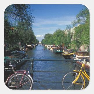 ヨーロッパ、オランダ、アムステルダムの黄色い自転車 スクエアシール