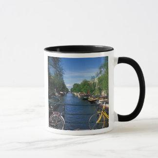ヨーロッパ、オランダ、アムステルダムの黄色い自転車 マグカップ