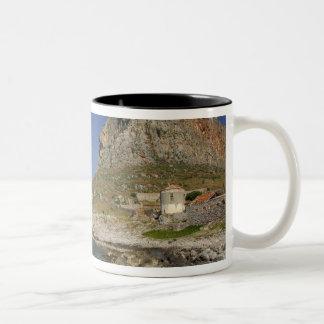 ヨーロッパ、ギリシャ、ペロポネソス半島、Monemvasia。 ツートーンマグカップ