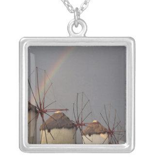 ヨーロッパ、ギリシャ、Mykonos。 虹が付いている風車 シルバープレートネックレス