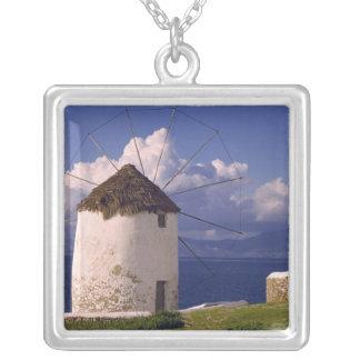 ヨーロッパ、ギリシャ、Mykonos。 顕著な白 シルバープレートネックレス