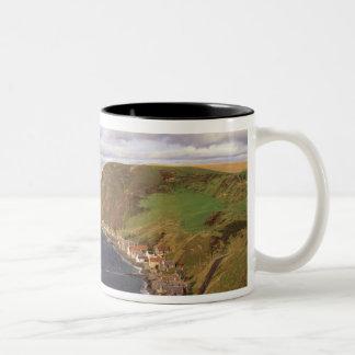 ヨーロッパ、スコットランド、アバディーン。 頭上式の眺めの ツートーンマグカップ