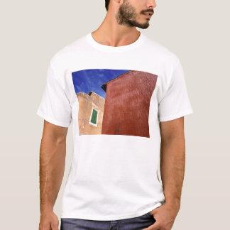 ヨーロッパ、フランス、ルーシヨン。 カラフルな壁はあります Tシャツ