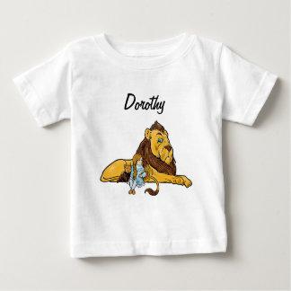 ライオンとのヴィンテージオズの魔法使い、ドロシーおよびトト ベビーTシャツ
