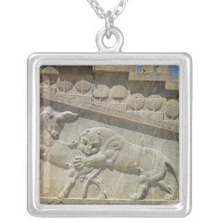 ライオンの戦いの雄牛、レリーフ、浮き彫りの東の階段 シルバープレートネックレス
