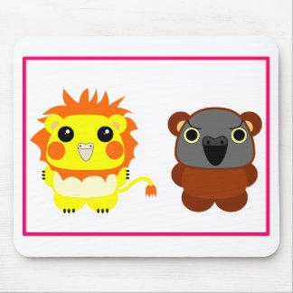 ライオンの美女のcockatielおよびLuluはセネガルのオウムに耐えます マウスパッド