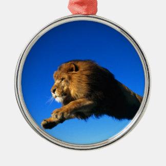 ライオンの跳躍および青空 メタルオーナメント