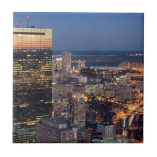 ライトが付いているボストンの建物は道で引きずります タイル