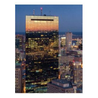 ライトが付いているボストンの建物は道で引きずります ポストカード