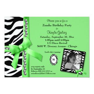 ライムグリーンおよびシマウマのストライプのな誕生会の招待 カード
