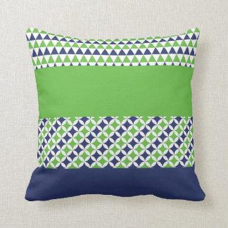 ライムグリーンおよび濃紺のプリントの枕 クッション