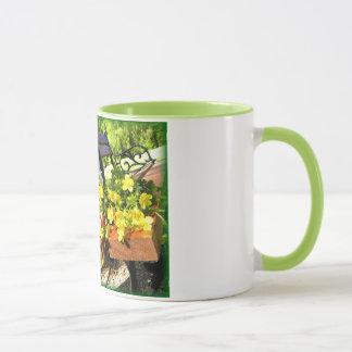 ライムグリーンの信号器が付いているベンチそして花 マグカップ